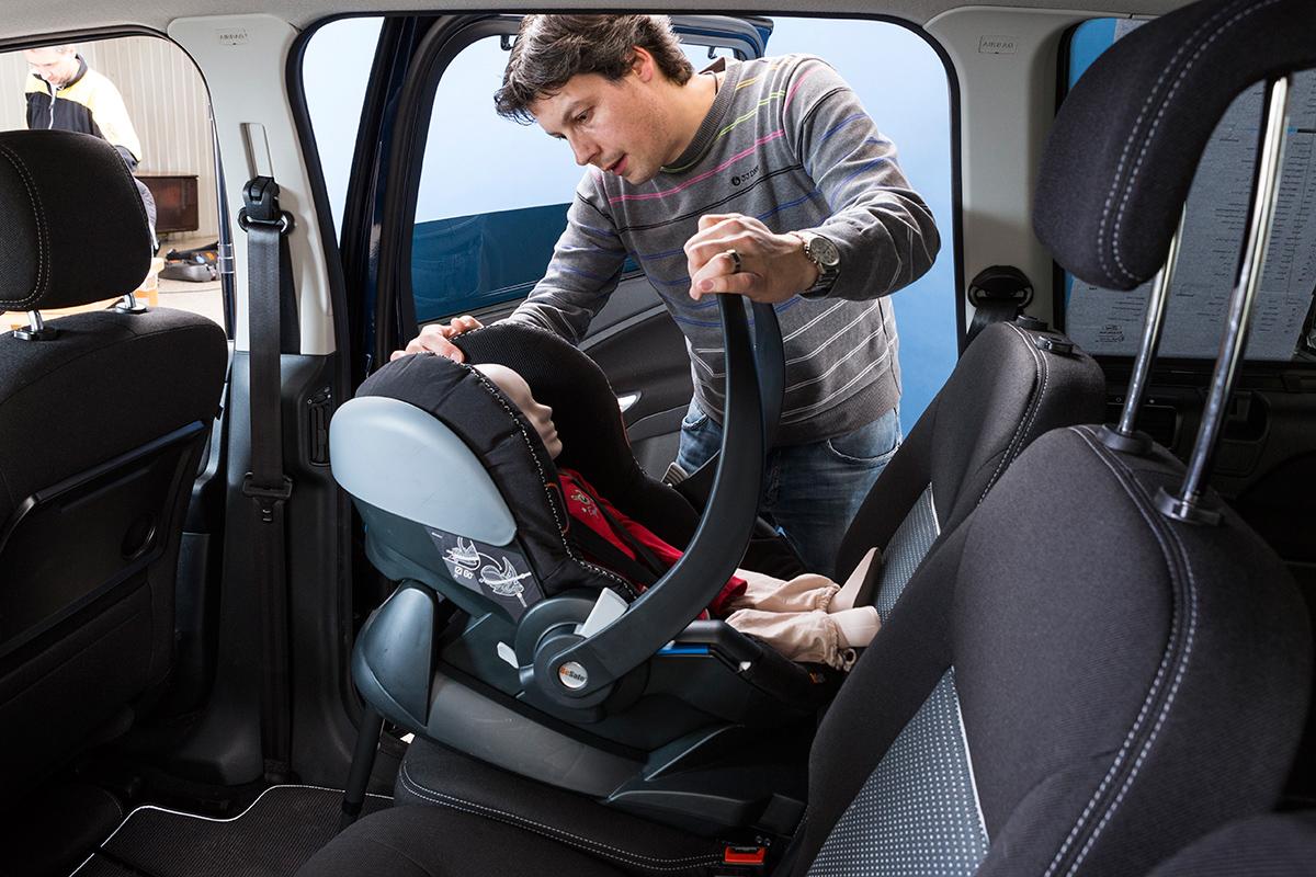 kinderzitje in auto wetgeving