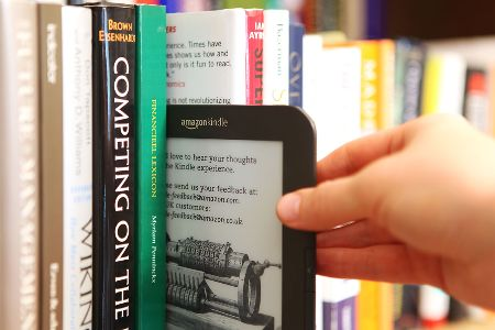 e-reader in boekenkast