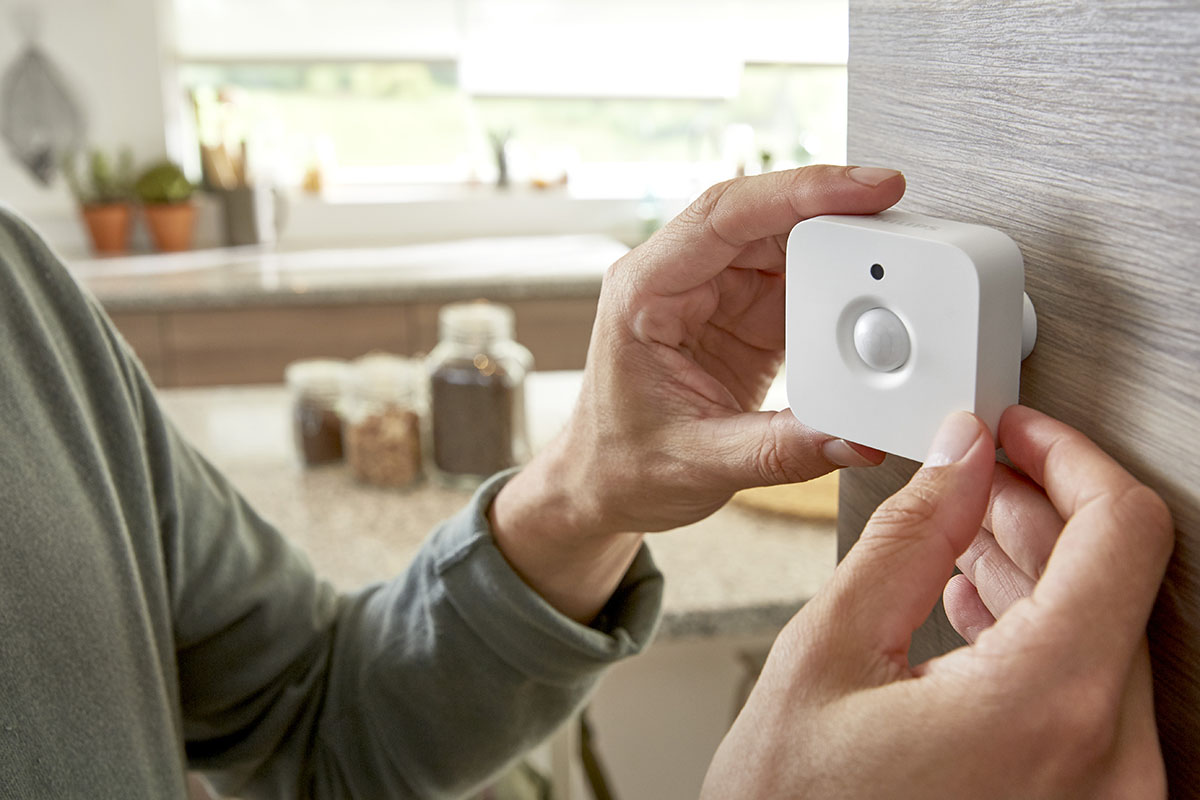 Philips-Hue-motion-sensor attaching-to-wall