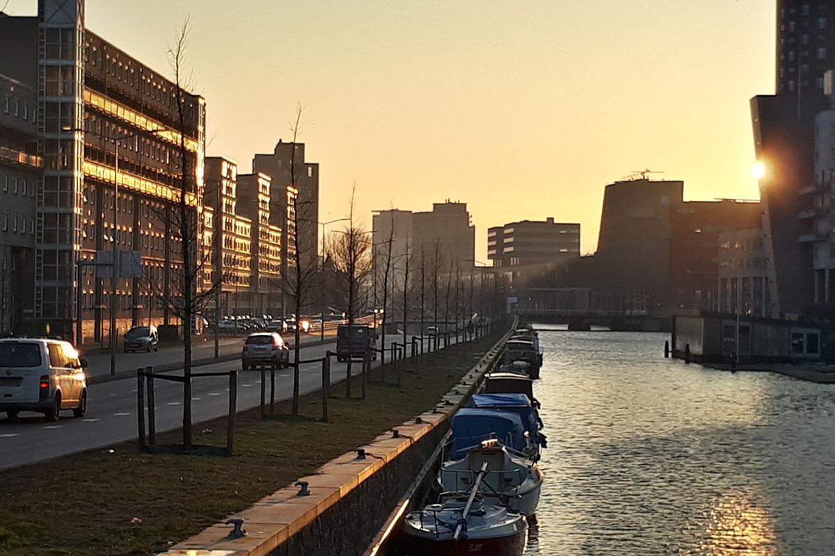 Neherkade Den Haag bij schemering