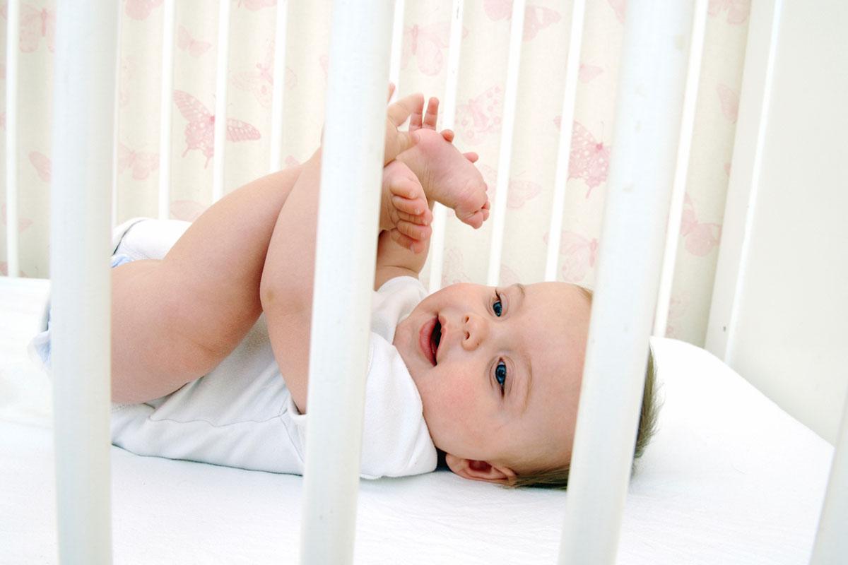 bed slapen slaap baby vrolijk bedje