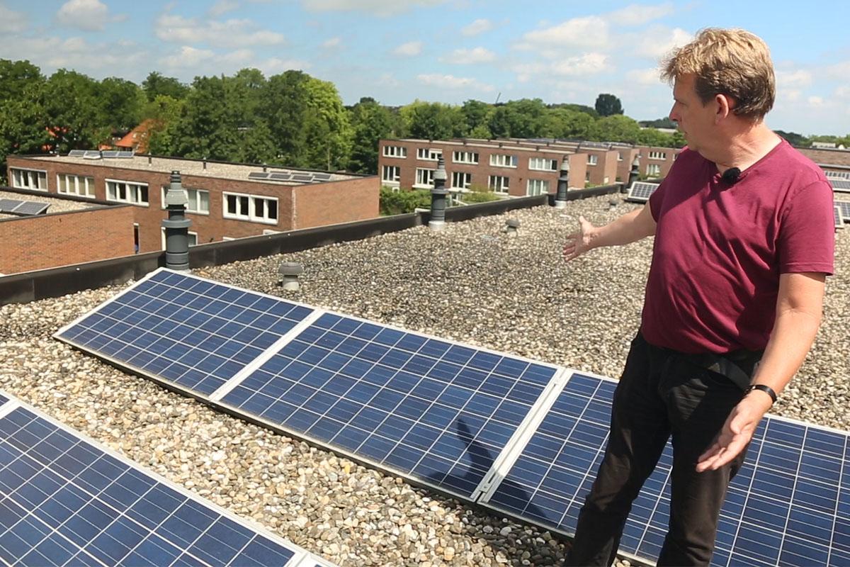 kooptips zonnepanelen man op dak