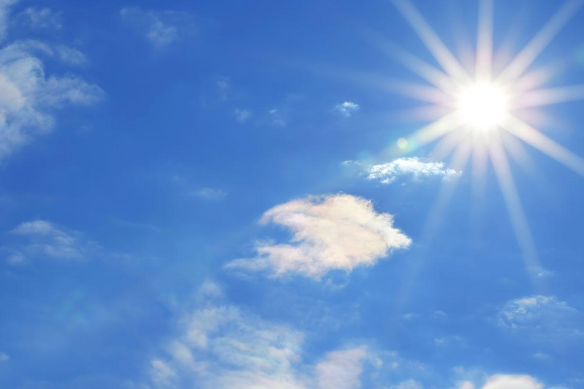 zonnige lucht zonnepanelen